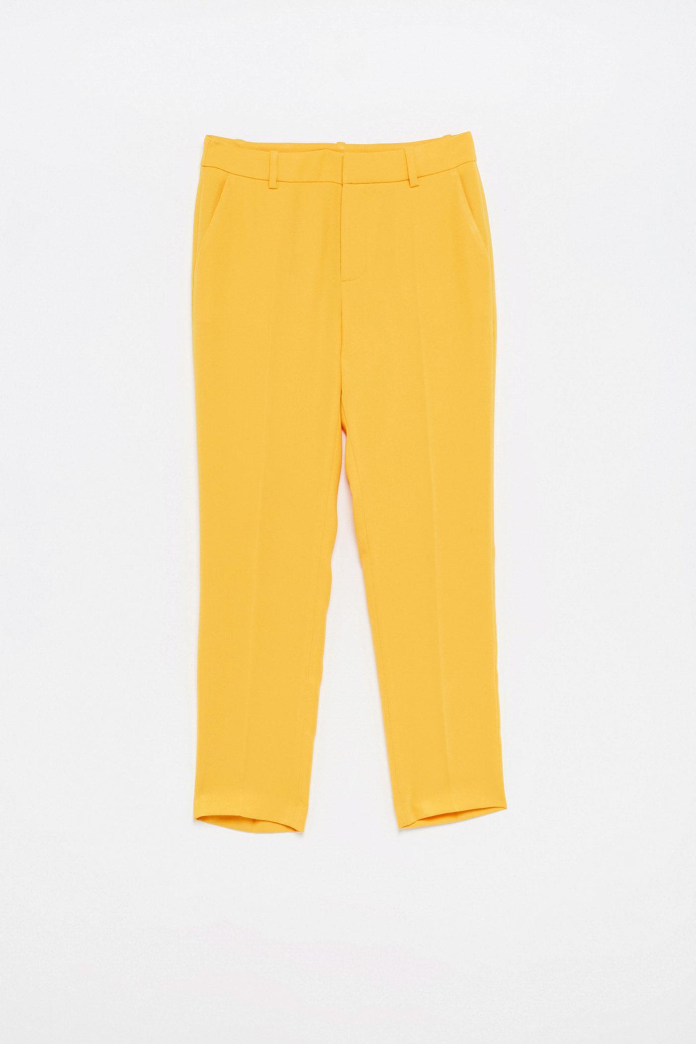 Pantalón de pinzas en color amarillo de Sfera