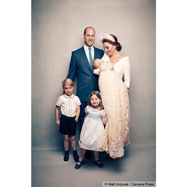 Los duques de Cambridge junto a sus tres hijos, durante el bautizo de...