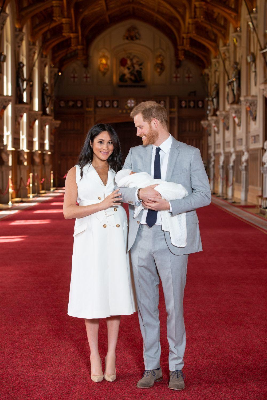 Los Duques de Sussex posan con su hijo.