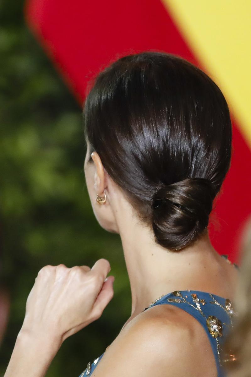 El recogido bajo de la reina Letizia también es una buena opción si...