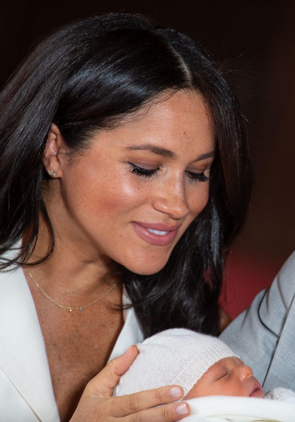 La Duquesa de Sussex mira a su hijo con ternura.