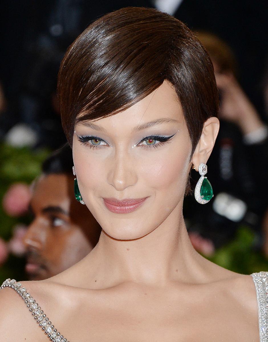 El maquillaje de Bella Hadid en la Gala Met con un eyeliner 'cat eye' puede inspirar tu maquillaje para boda.