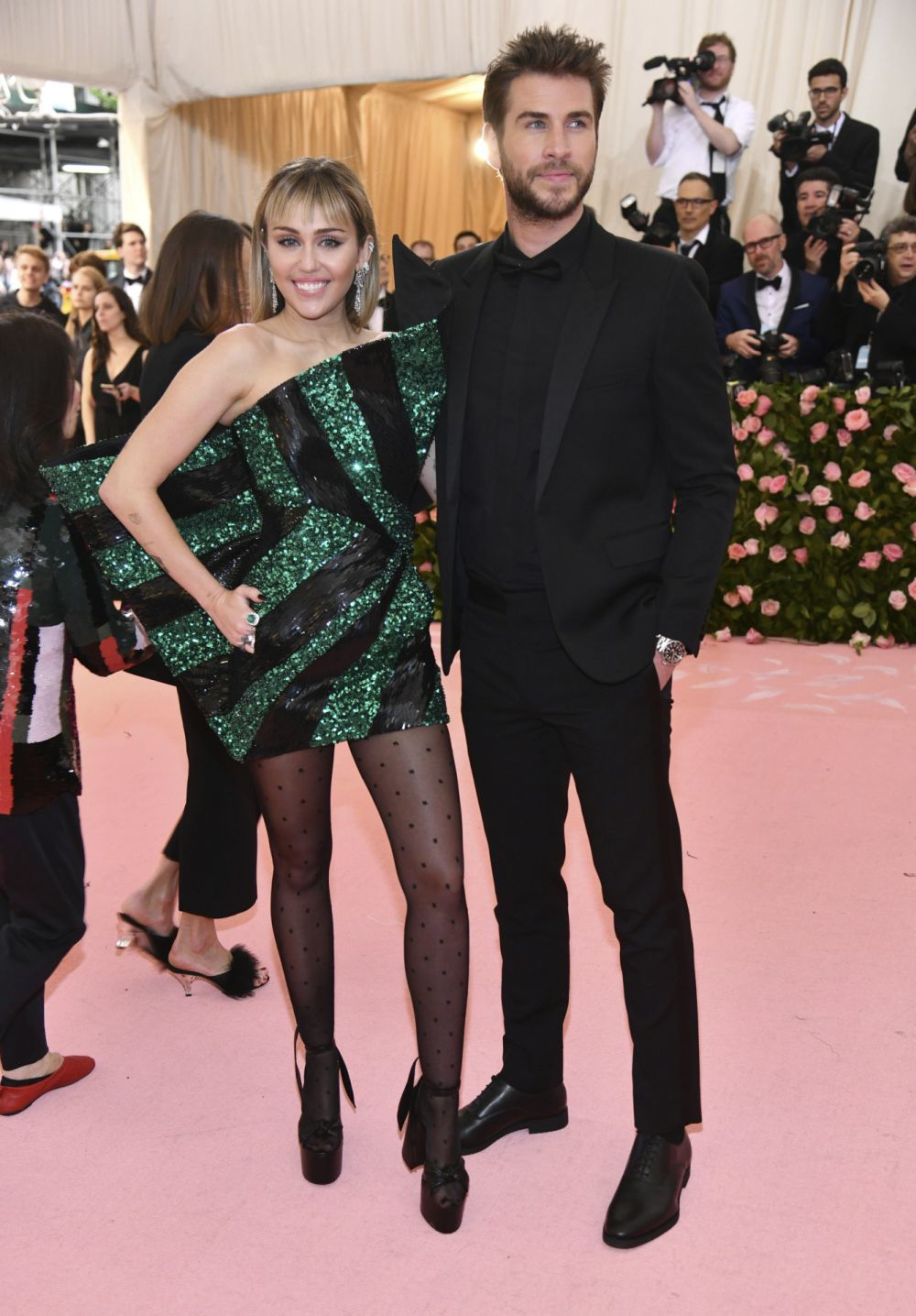 Miley Cyrus y Liam Hemsworth en la alfombra de la gala MET.