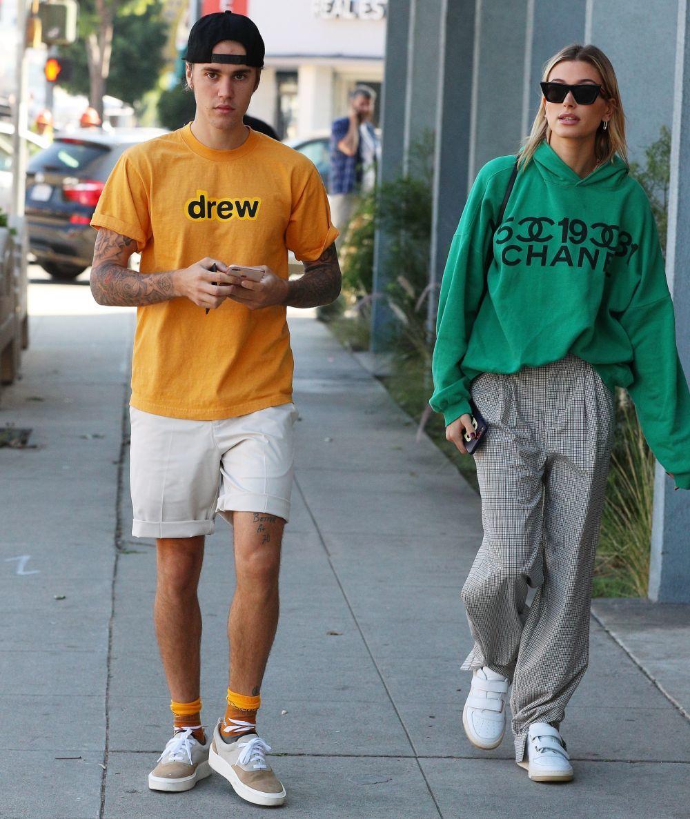 Justin Bieber y Hailey Baldwin paseando juntos.