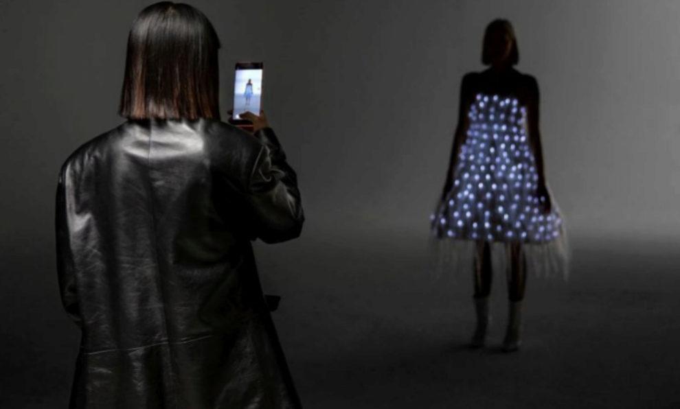 La diseñadora Anna Yang fotografía el vestido de lámparas led de su...