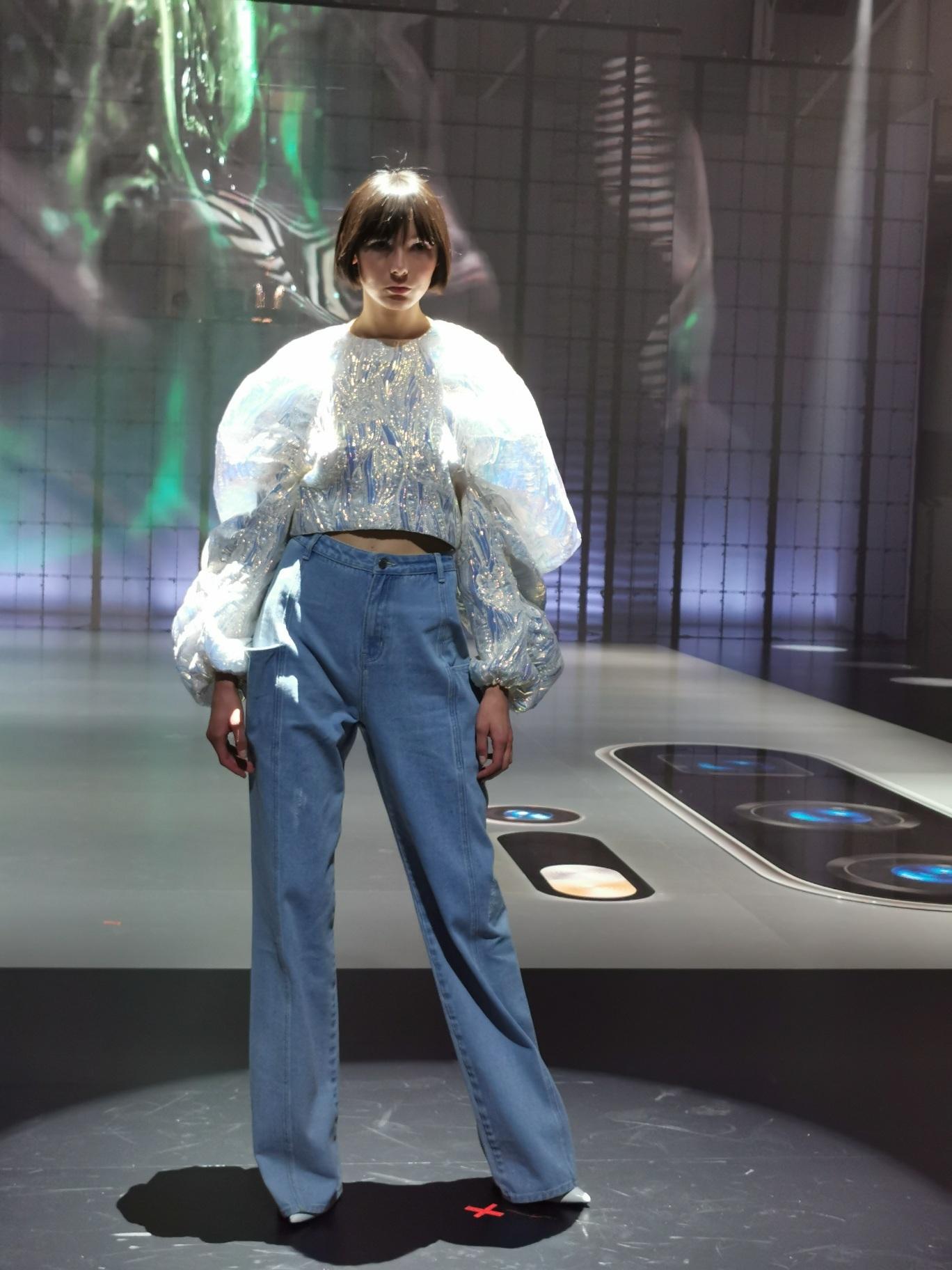 Modelo durante el desfile Fashion Flair en Milán