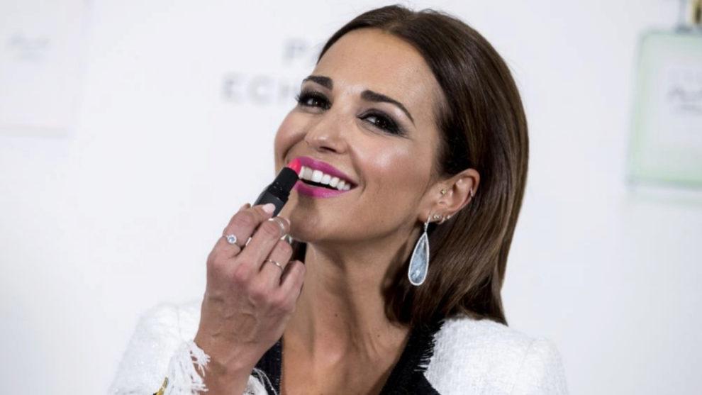 Paula Echevarría pintándose los labios de fucsia en la presentación...