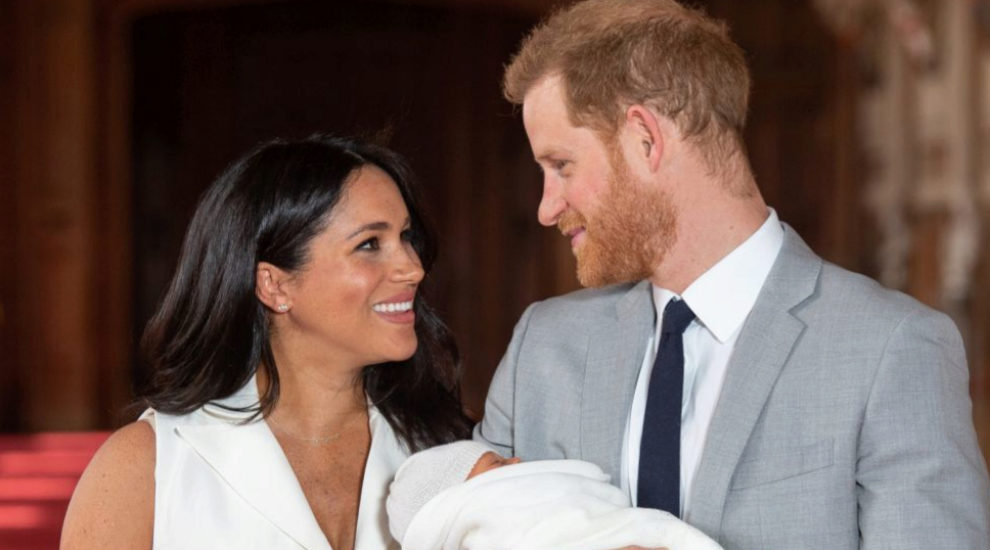 Meghan Markle y el príncipe Harry con su hijo.