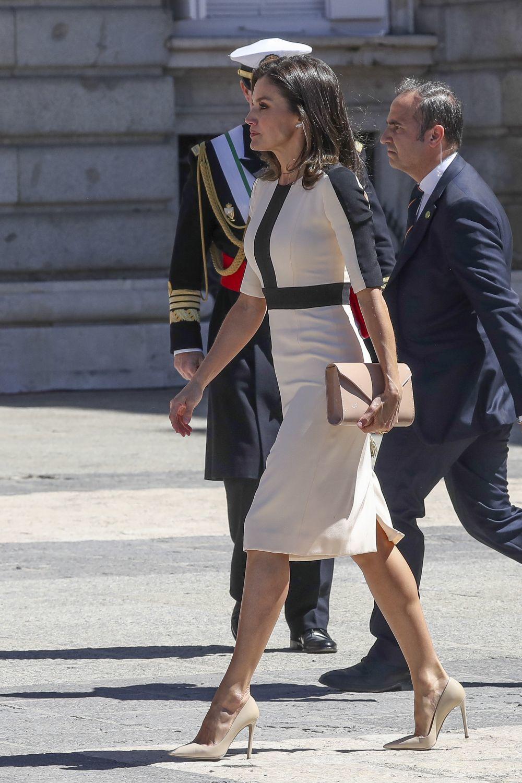 Doña Letizia con un vestido blanco y negro.