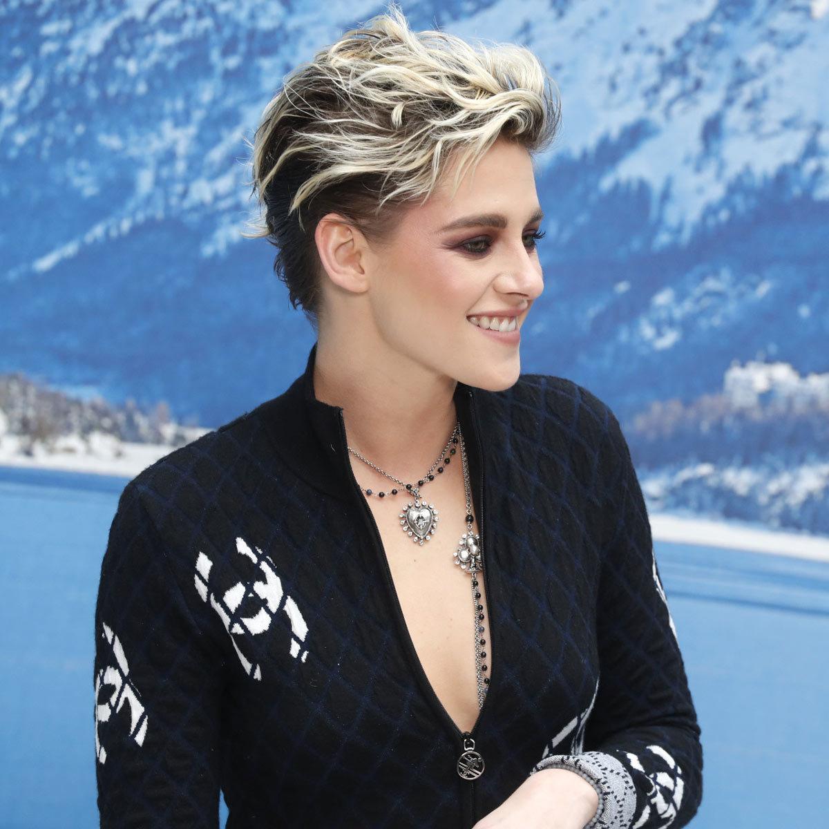 Kristen Stewart presume de corte pixie texturizado, ligeramente más...