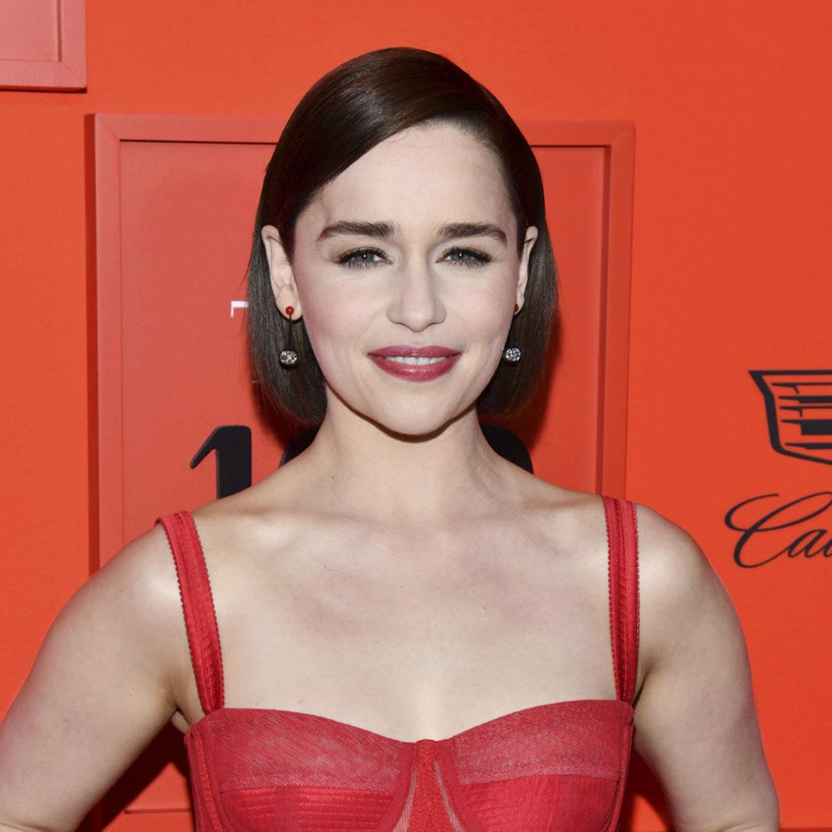 Emilia Clarke luce un corte de pelo bob o carré liso pero con capas...