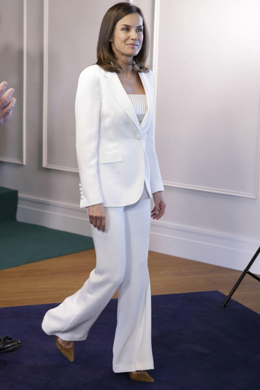La reina Letizia con un traje blanco de Carolina Herrera.