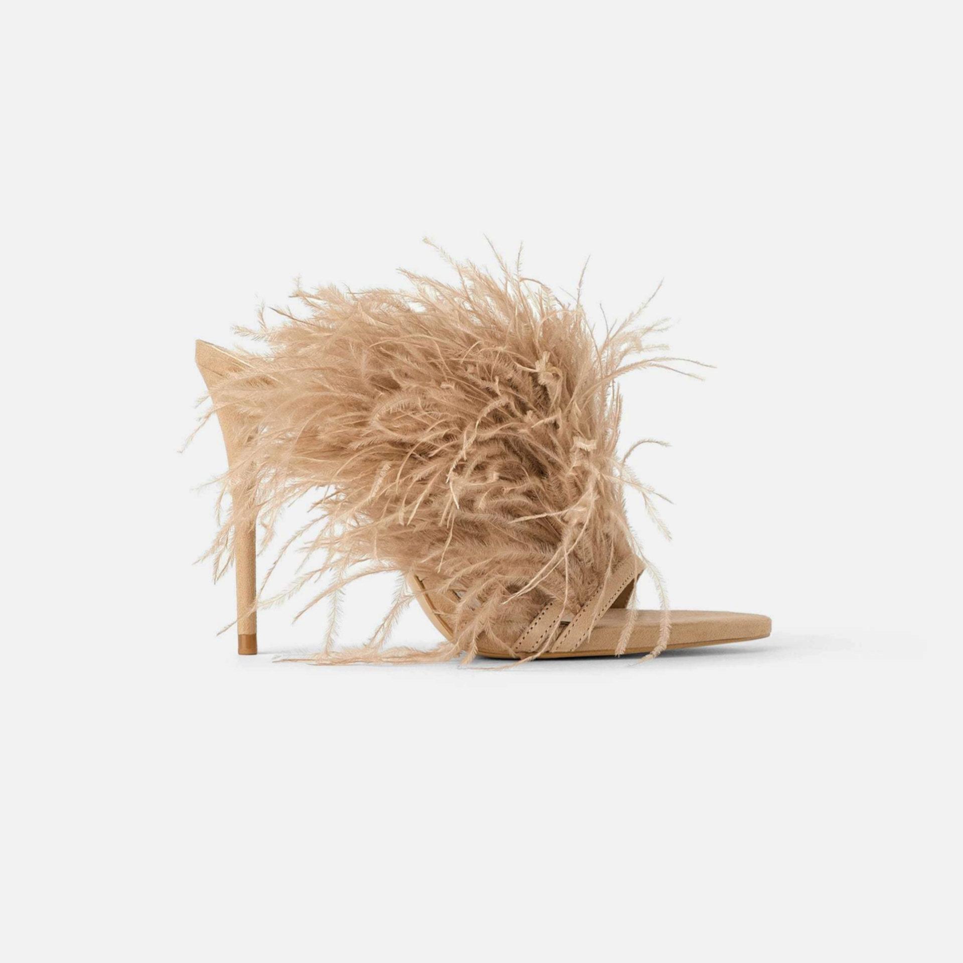 Mules de tacón con detalles de plumas de Zara