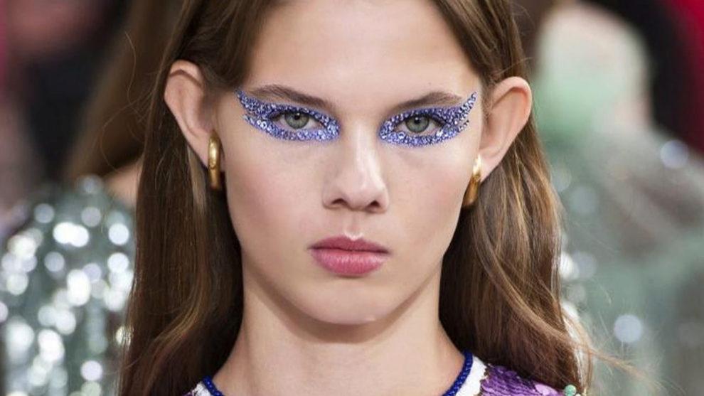 Lip gloss suave en contraposición con una mirada cuajada de cristales...