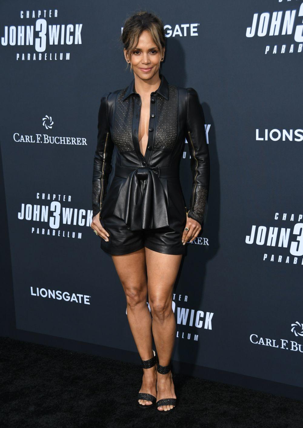 La actriz Halle Berry luciendo piernas y escote con un mono negro de...