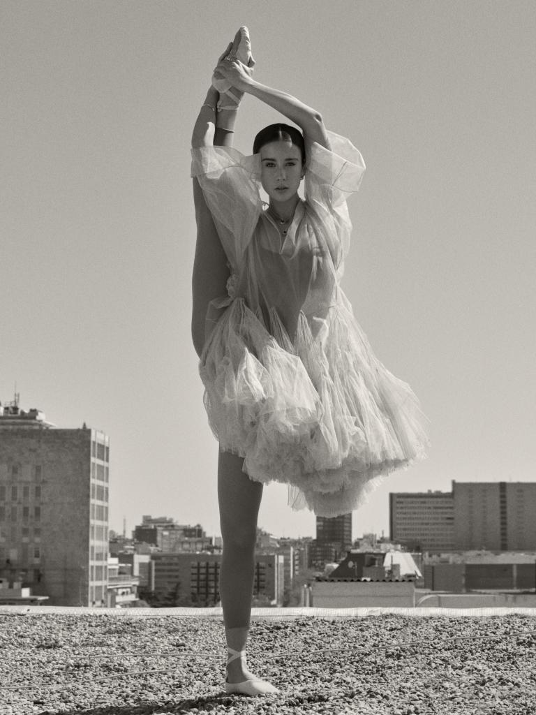 María Pedraza lleva vestido de tul color nude y mallas, Dior,  y...