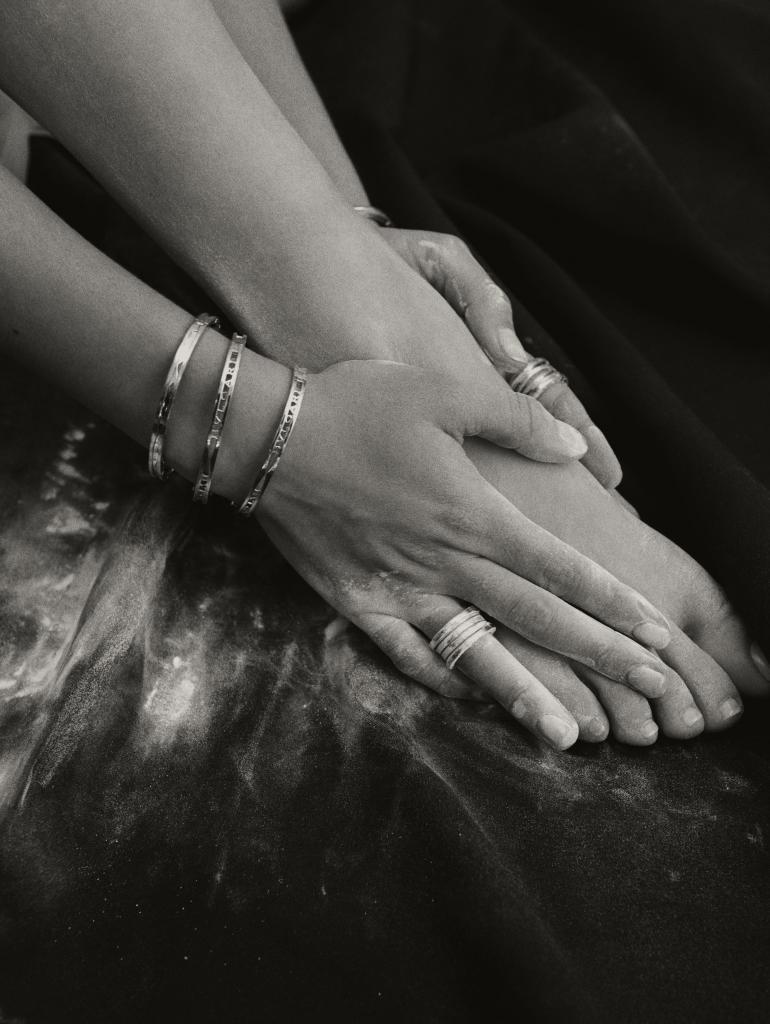 Detalle de las manos y los pies de bailarina de María Pedraza, con...