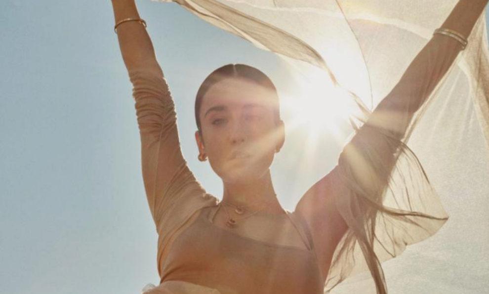María Pedraza con malla y vestido de tul, Dior; chaqueta de tul de...