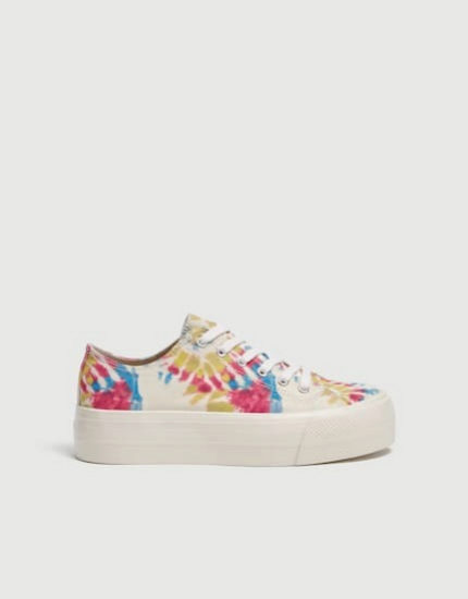 Sneakers con estampado 'tye dye' de Pull & Bear