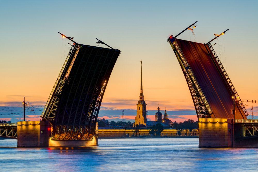 Espectáculo de puentes levadizos en San Petersburgo.