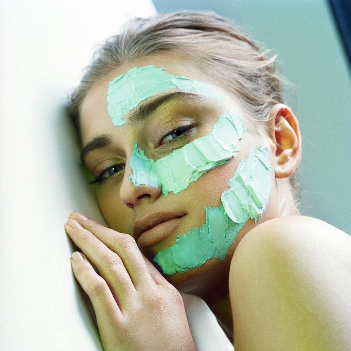 Es conveniente aplicarse una mascarilla nutritiva cada dos semanas.