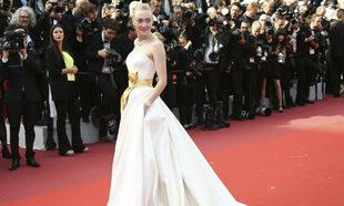 Dakota Fanning eligió este elegante diseño de Armani en color blanco...