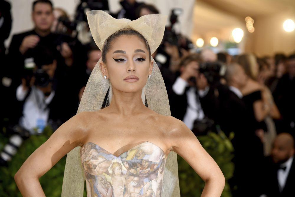 Ariana Grande en la pasada gala MET de 2018 con un maquillaje de ojos...
