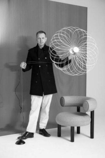 Tom Dixon con dos de sus últimos diseños.