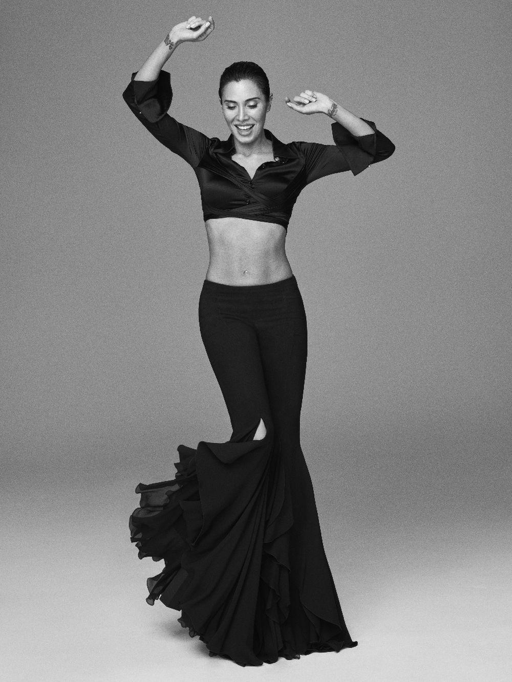 Pilar Rubio con minicamisa y falda, Versace.