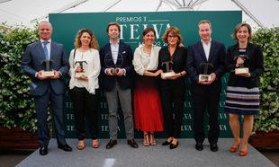 Foto de familia con los seis premiados por el jurado de TELVA y por...