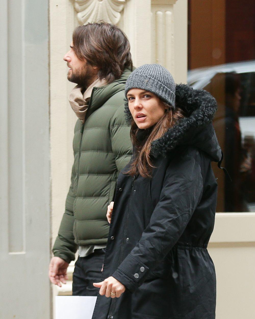 Carlota Casiraghi y Dimitri Rassam son captados por los paparazzi paseando.