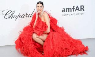La cantante Dua Lipa escogió este teatral modelo rojo de Valentino...