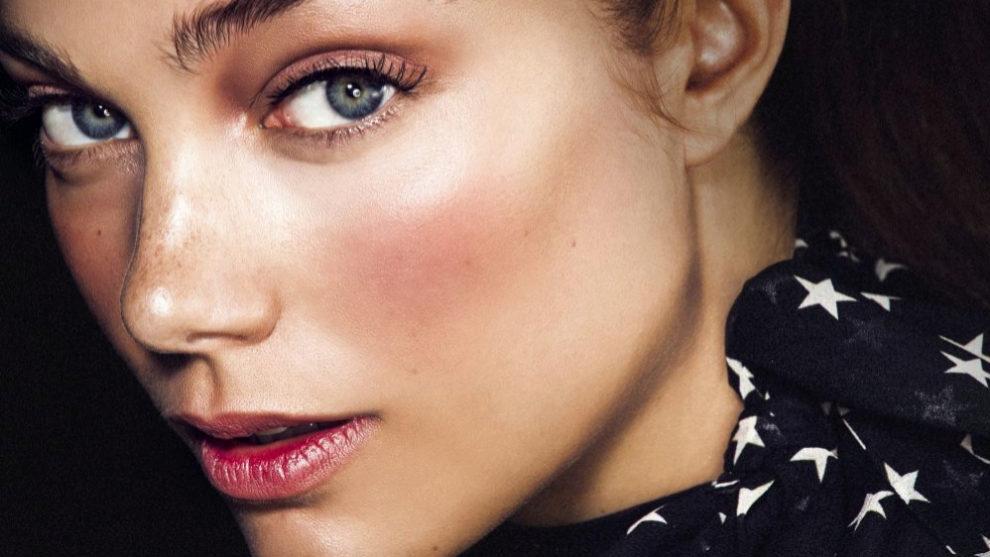 Estos polvos iluminadores aportan un efecto glow a tu piel, color a la...