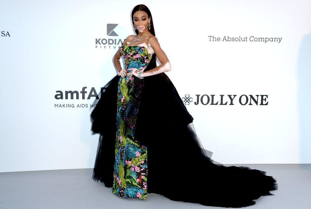 La modelo lució un elegante diseño floral con doble falda de tul...