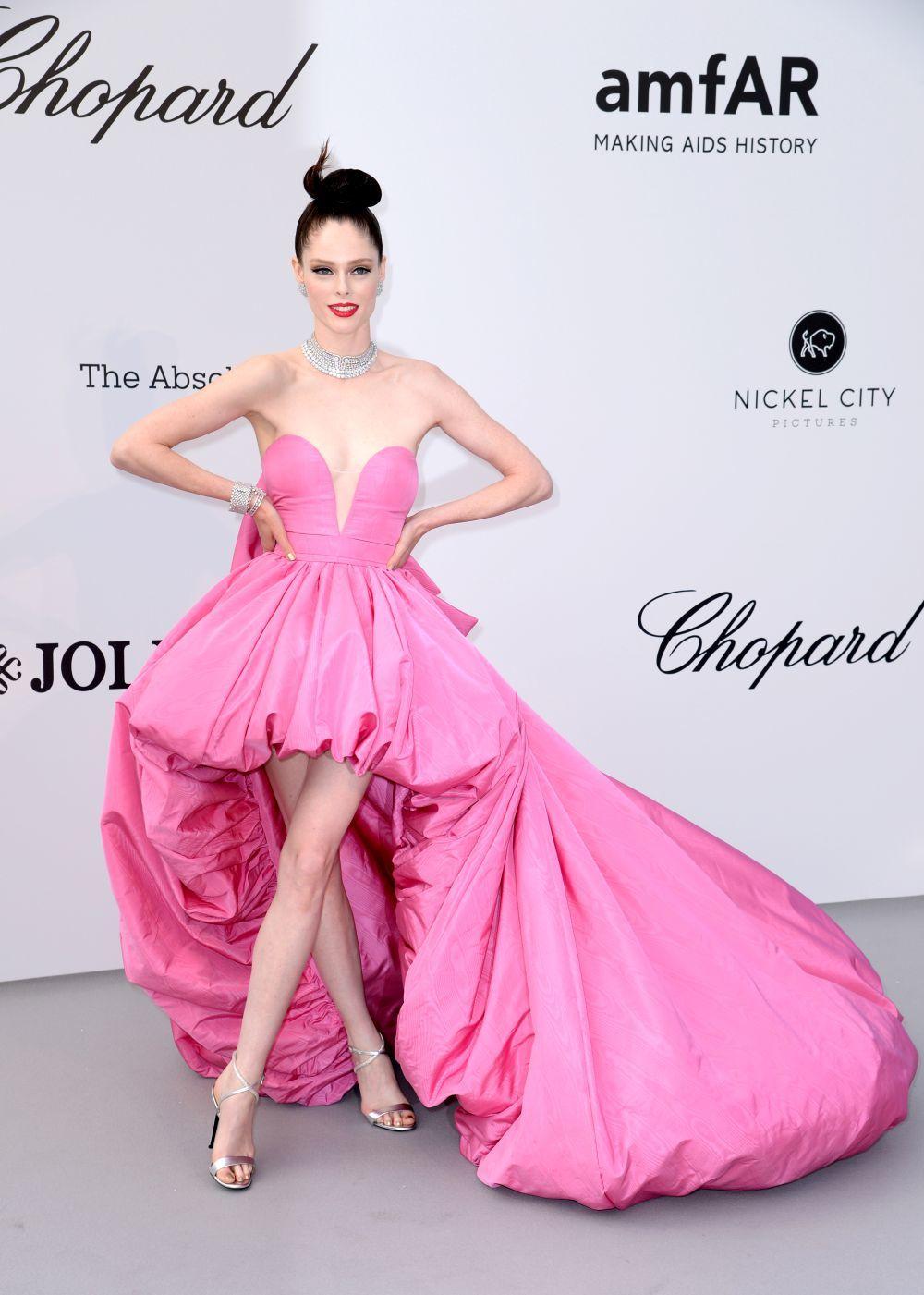 Un vestido fucsia de Ashi Studio fue la elección de la modelo para...