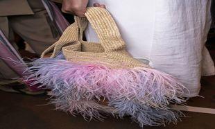 Bolso de rafia y plumas diseñado por J.W.Anderson para Loewe...