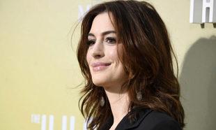 Anne Hathaway con un corte shaggy ideal a la altura de los hombros.