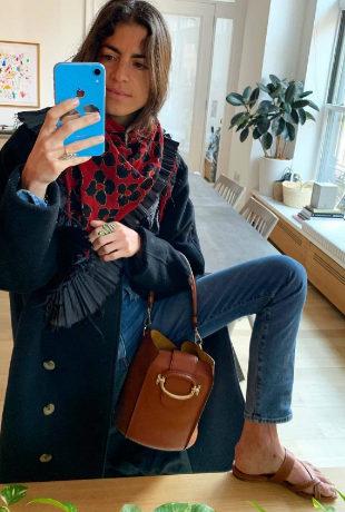 Leandra Medine con sandalias de piel