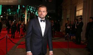 Leonardo DiCaprio posando en una gala de premios.