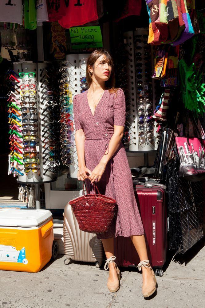 Jeanne Damas con un vestido cruzado.
