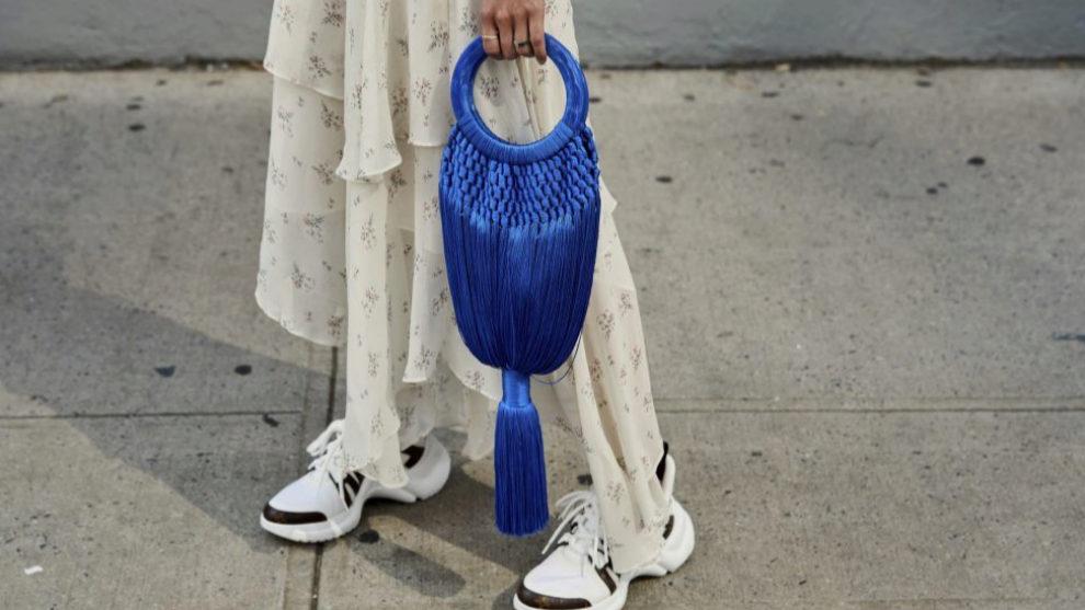 ¿Cómo llevar el vestido con zapatillas?