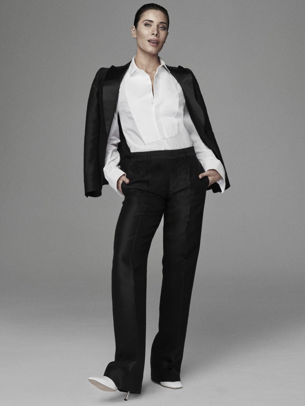 Pilar Rubio con esmoquin y camisa de Dsquared2 y zapatos de Boss.