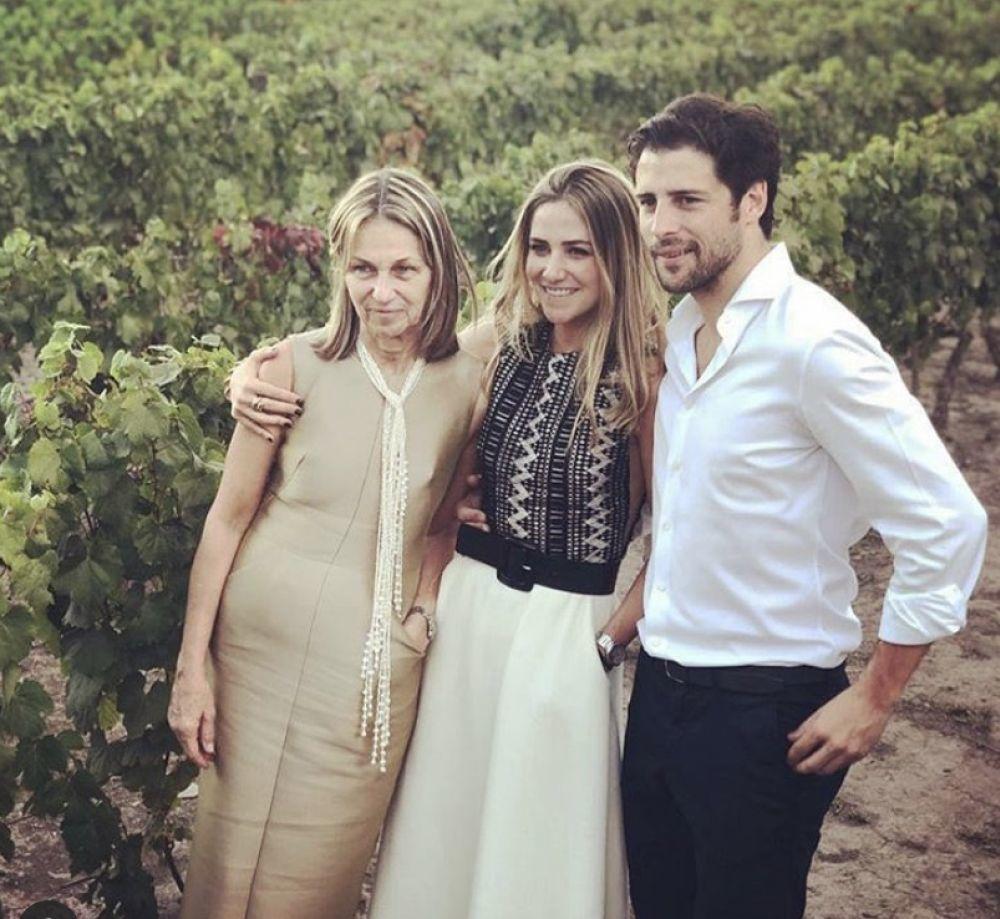 Los novios Javier y Milagros con la madre de la novia, Ceclia Zunino,...