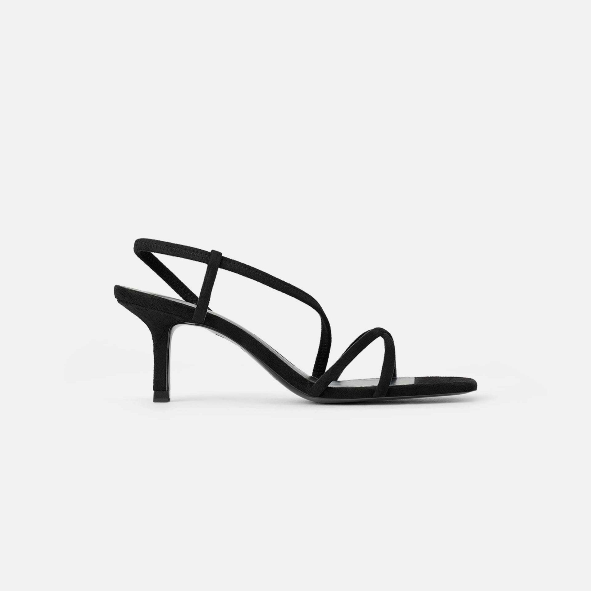 Sandalias de estilo minimal en negro de Zara