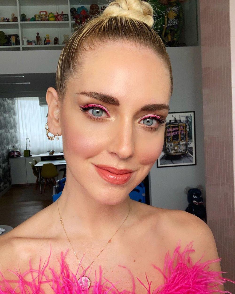 Chiara Ferragni con el eyeliner tricolor en rosa.