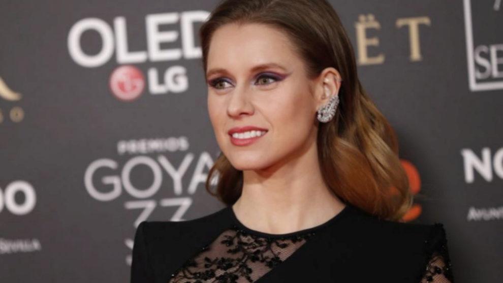 Manuela Vellés en los pasados Premios Goya con un eyeliner tricolor...