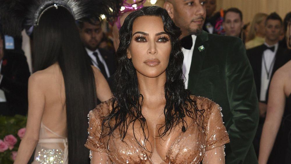Kim Kardashian con una melena larga y rizada en la gala MET 2019.
