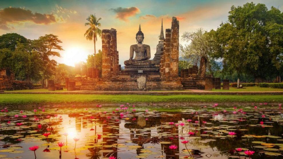 Atardecer en el parque histórico de Sukhothai