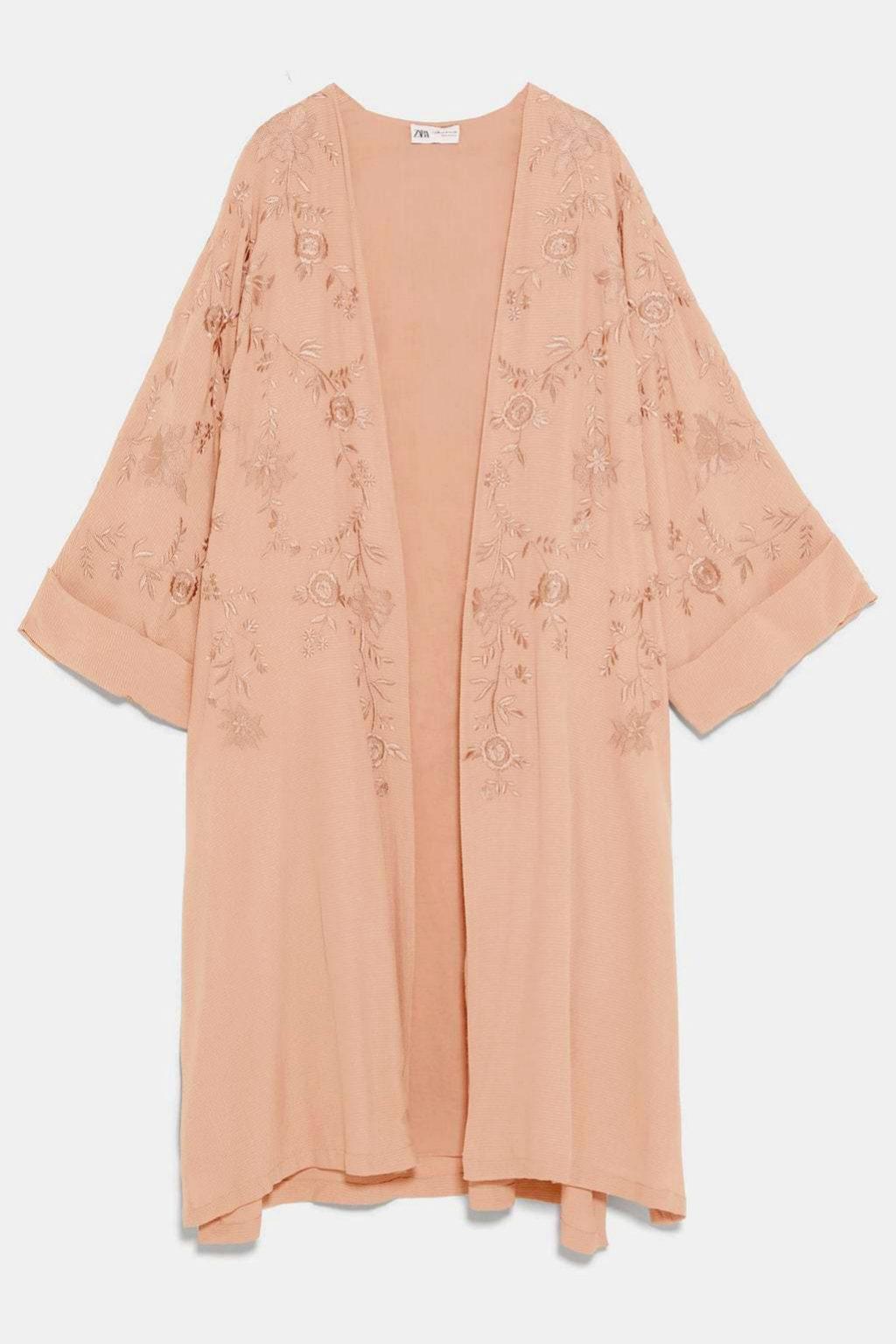 Kimono bordado en color maquillaje de edición limitada de Zara (69,95¤)
