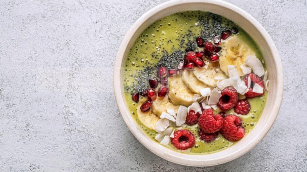 El plátano es la fruta protagonista de muchos smoothies y bowls de...